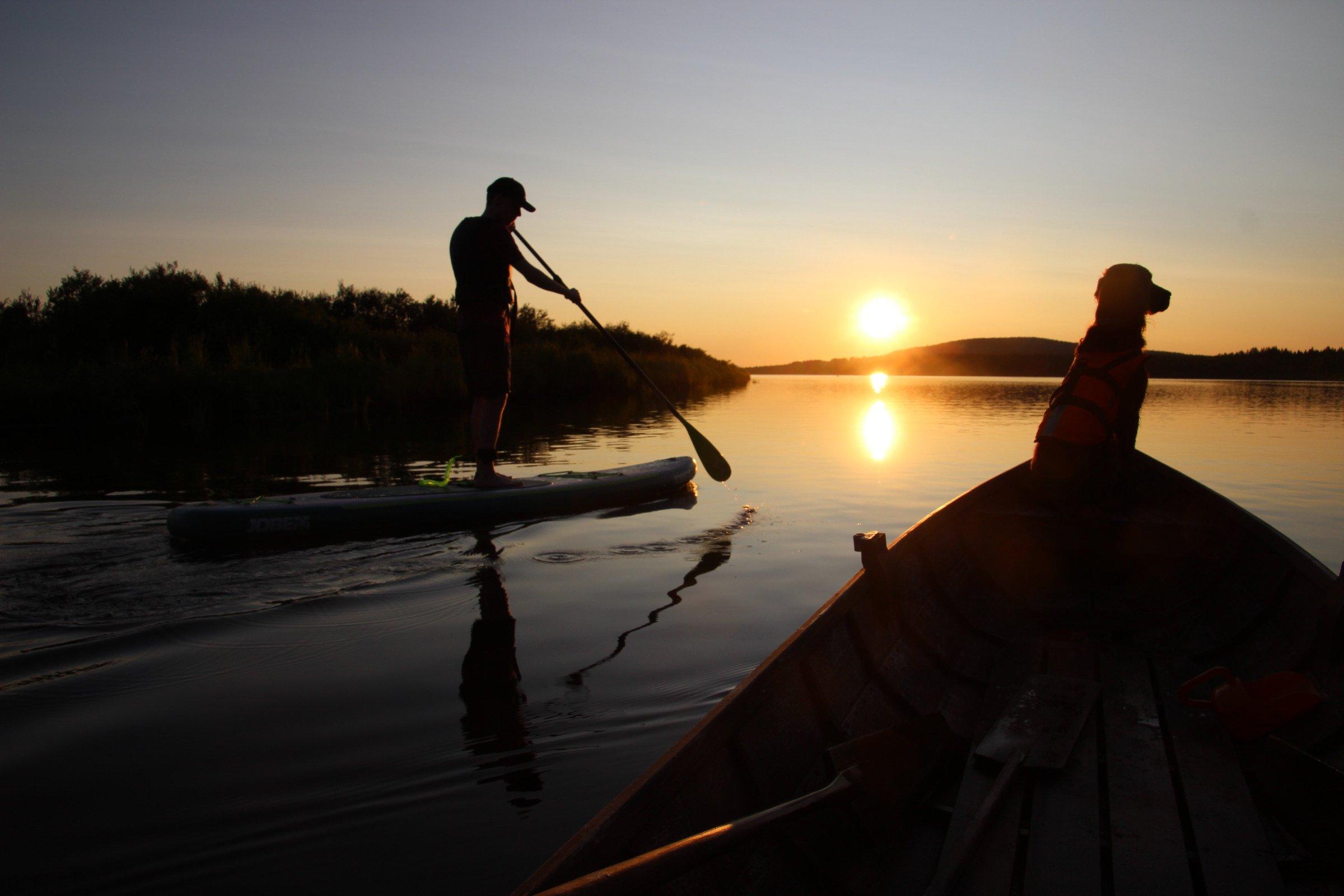 Sup-lautailua keskiyön auringossa Nivankylässä (c) Piia Juntunen-Laakso