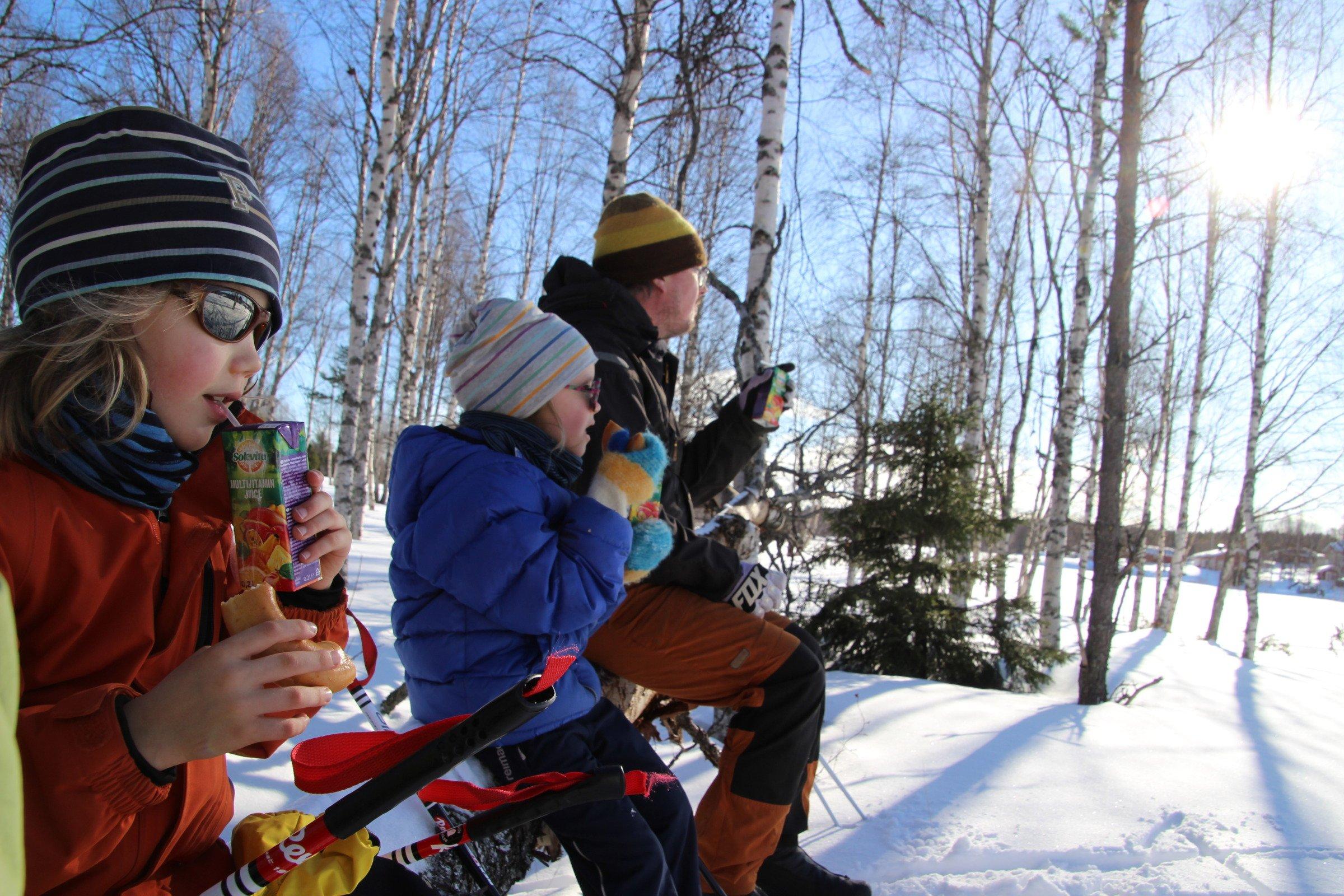 Hiihtoretken evästauko Pikkukuusisaaressa Nivankylässä (c) Piia Juntunen-Laakso 2020