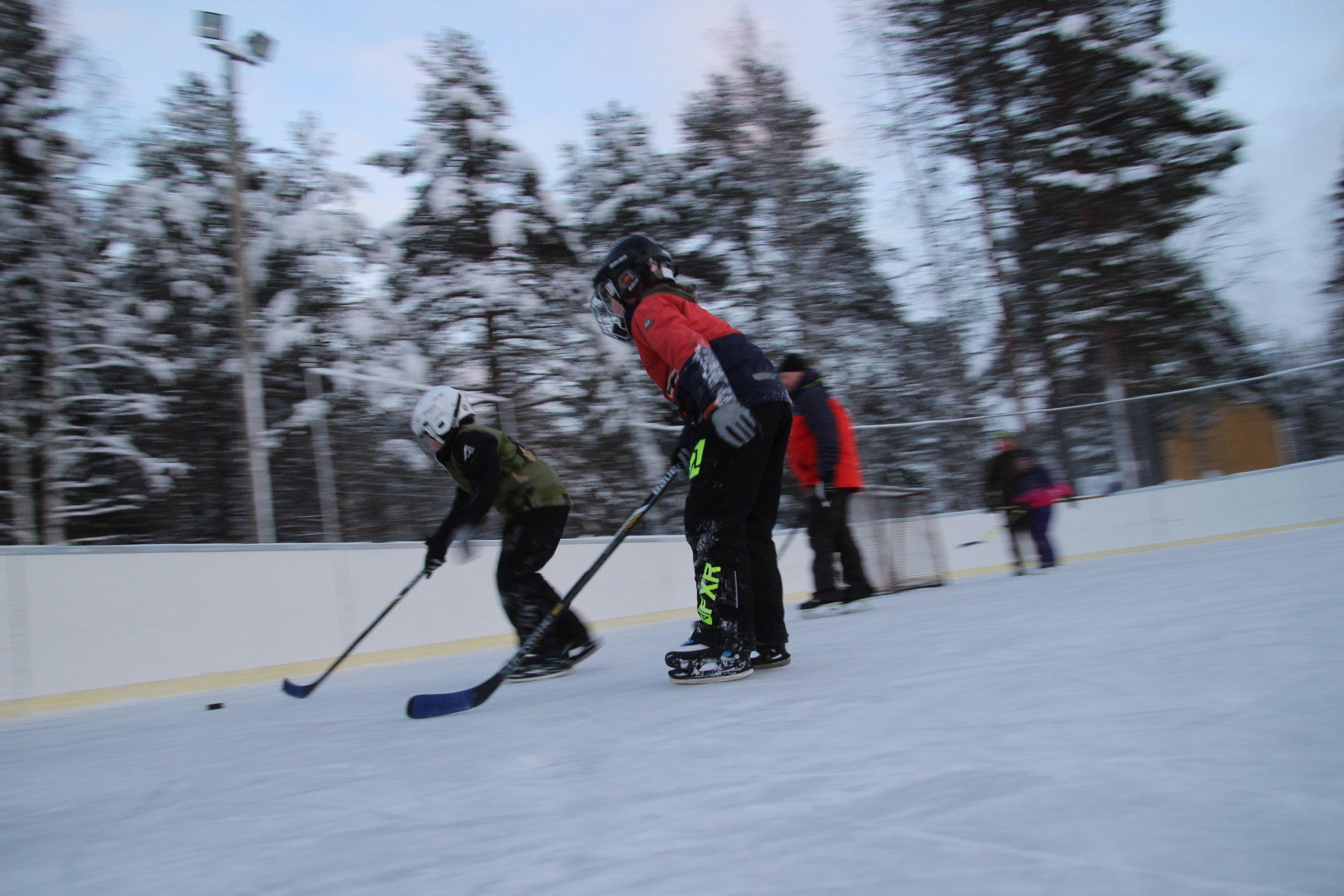 Jääkiekkoa tammikuisena sunnuntaina Nivankylässä (c) Piia Juntunen-Laakso 2021